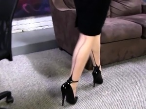 Secretary gives footjob