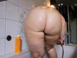 Bbw showering