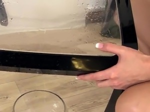 Samantha Jolie Masturbates Her cunt And Pees inside the Glass