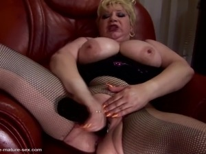 Big sex bomb mom gets two hands and feet in her vagina