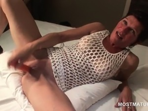 Skinny mature drilling pussy with a carrot