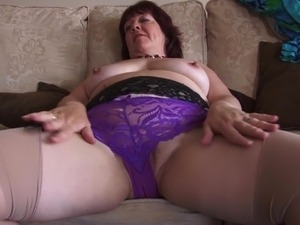 Chubby housewife feels bored and decides to masturbate her beaver