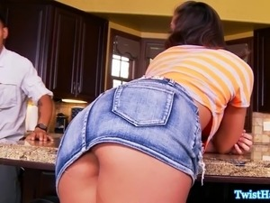 Glamour babe Rilynn Rae pussyfucks in kitchen