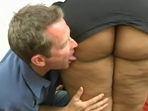 Chunky ebony amateur bitch with giant booty blows white cock