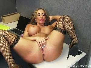 Ample breasted babe Richelle Ryan gives blowjob to Mark Ashley