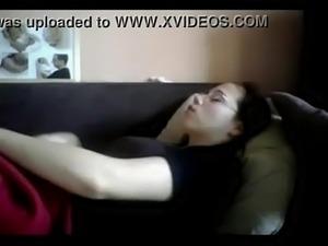 Esposa se masturbando gostoso enquanto assiste TV - virtusclub.com