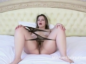 Ellariya Rose masturbates and strips naked in bed