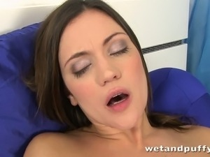 Beautiful Canadian chica treats her sweet cunt with vaginal pump