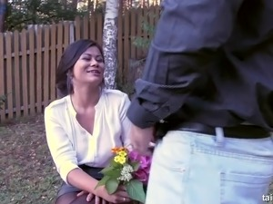 Kinky exotic looking hottie repays for beautiful bouquet with a damn good BJ