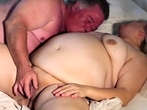 Fat amateur granny has a guy tasting and banging her peach
