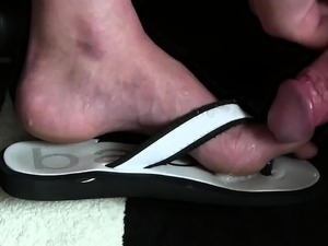 Cumshot on white feet as the foot fetish is hot