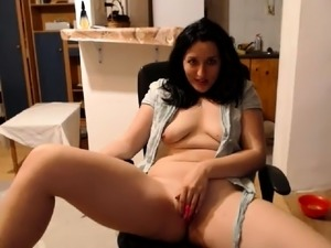 Provoking webcam milf with big tits pleases her aching pussy