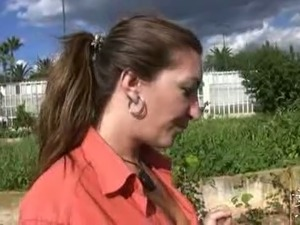 Weird village chick gives steamy blowjob outdoor