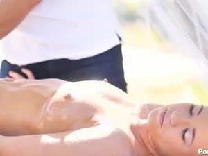 Oily massage is turned into damn steamy fuck with horny Bailey Brooke