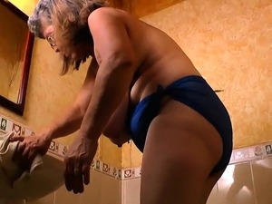 Latina BBW Rosaly makes cleaning the bathroom a bliss