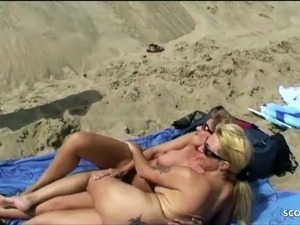 Big Brother Klaus beim Dreier mit 2 MILFs am Strand Deutsch
