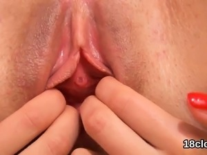 Cute chick is gaping juicy slit in close up and having orgas